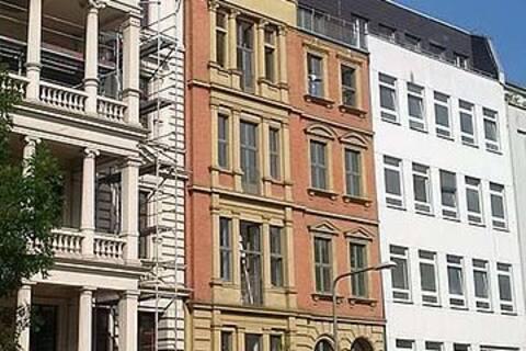 gemeint ist das ganz linke Haus, mit Balkon