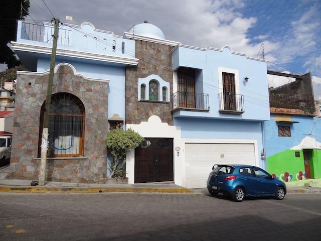 Fachada de Casa Colonial-Mexicana en Atlixco, Puebla. Cuenta con cochera para 2 autos.