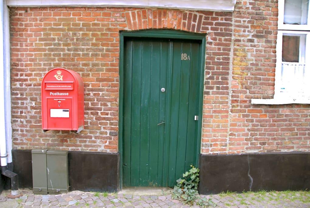 Indgangsdøren fra Torvet 18A