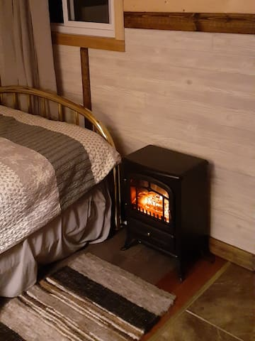 The bunkie is well insulated and the electric fireplace gives warmth and atmosphere on cold winter nights.