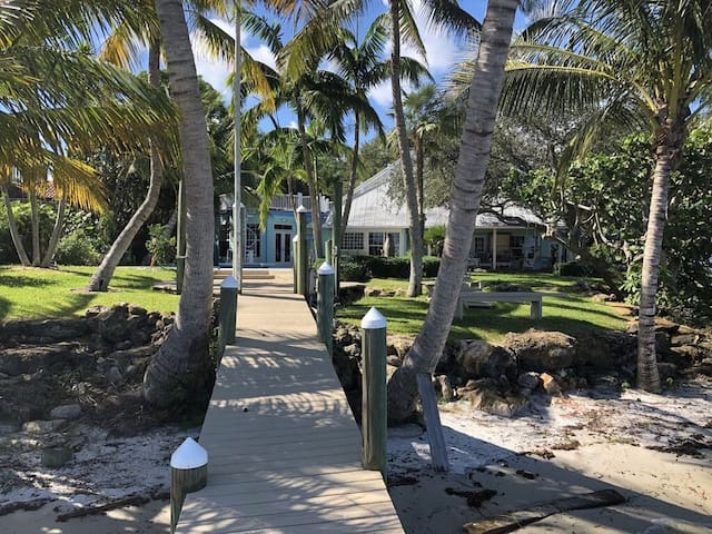 TROPICAL KEYWEST STYLE ESTATE MAIN  & GUESTHOUSE!