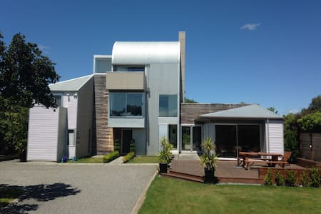 Secluded luxury just 2 minute stroll to the square - Martinborough
