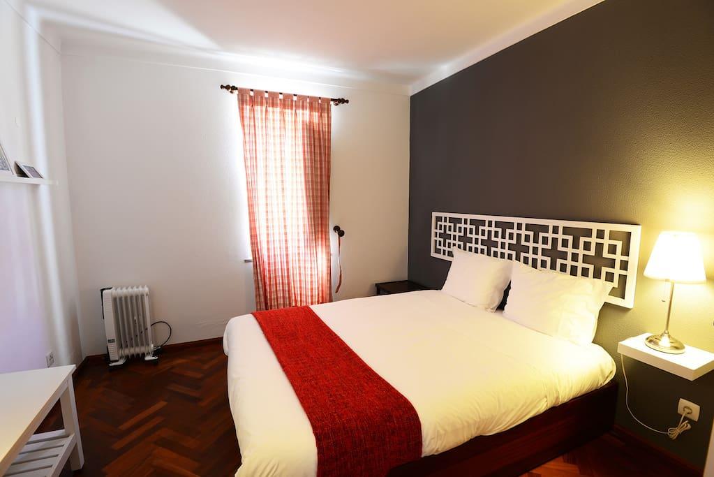 Um dos quartos com cama de casal, dos nossos 5 apartamentos que dispõem de cama de casal