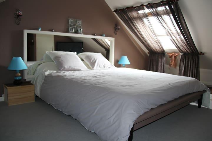 BIENVENUE CHEZ NOUS chambre marron