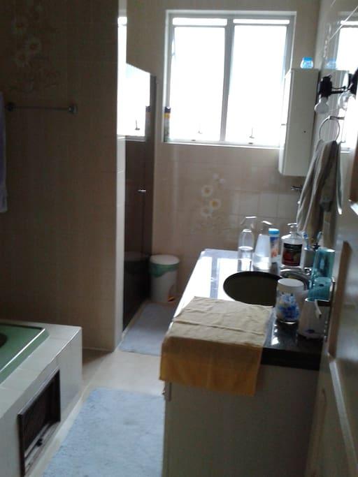 Banheiro privativo, banheira desativada. Espaço amplo