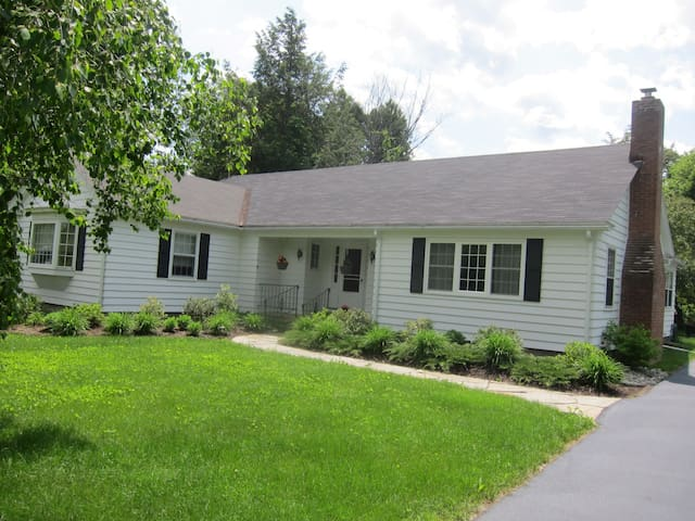 Comfy Home in Village - Chestertown - House