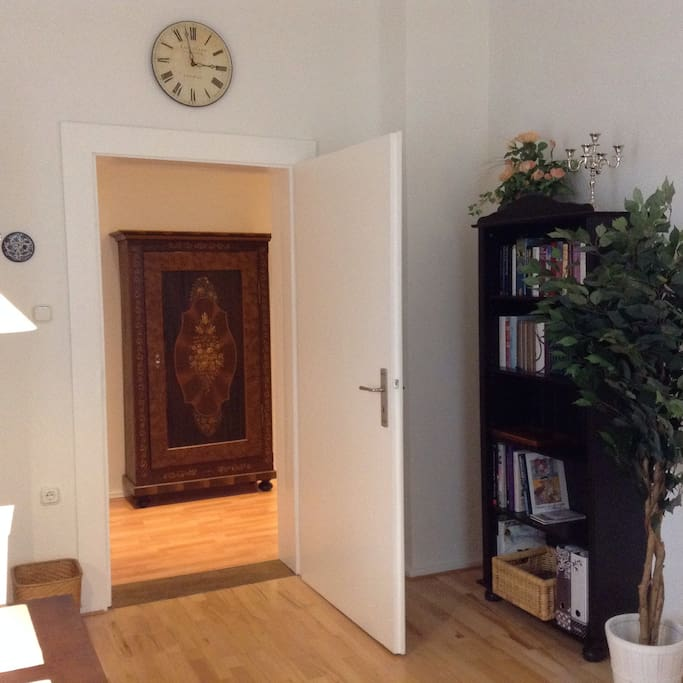 Blick vom Wohnzimmer in den Flur / View from the living room to the entrance.