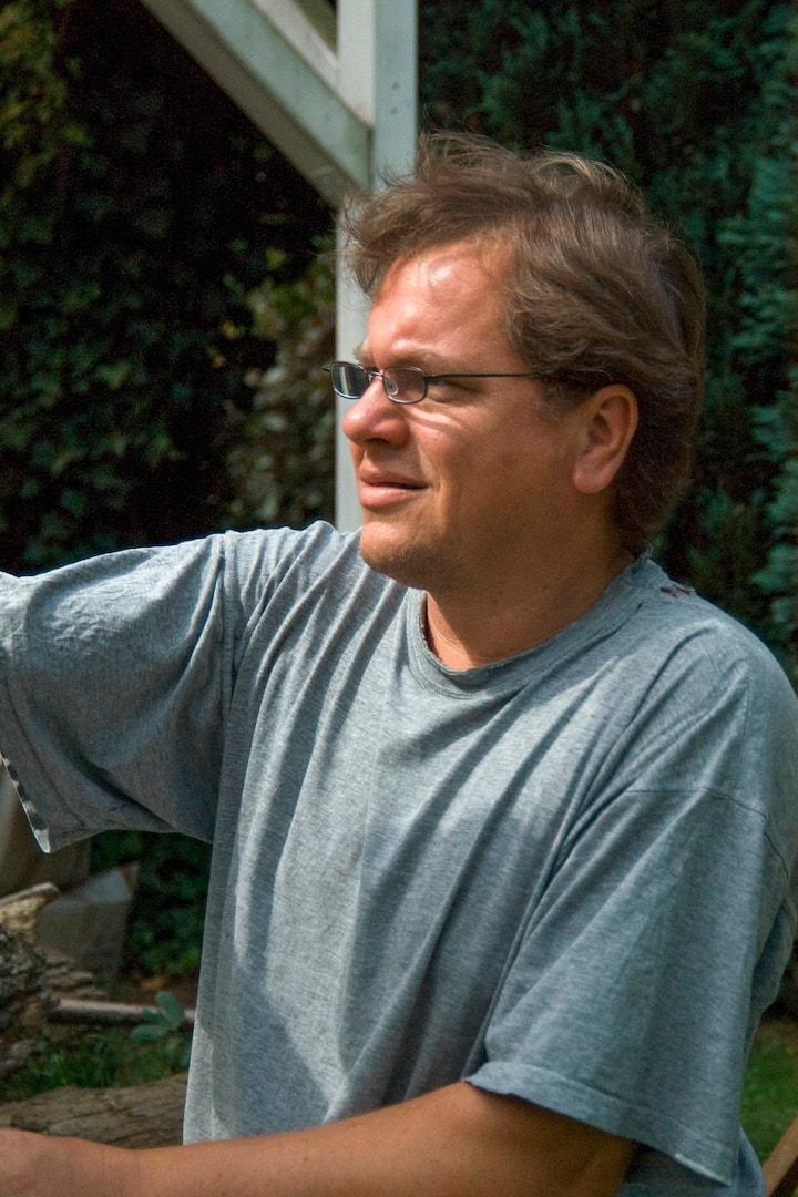 Klaus Dobrunz demonstrates on a sculptu