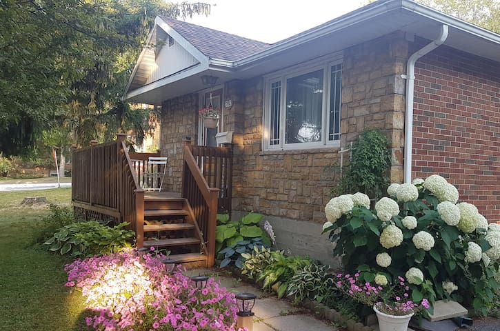 Quaint 2 Bedroom Bungalow close to attractions