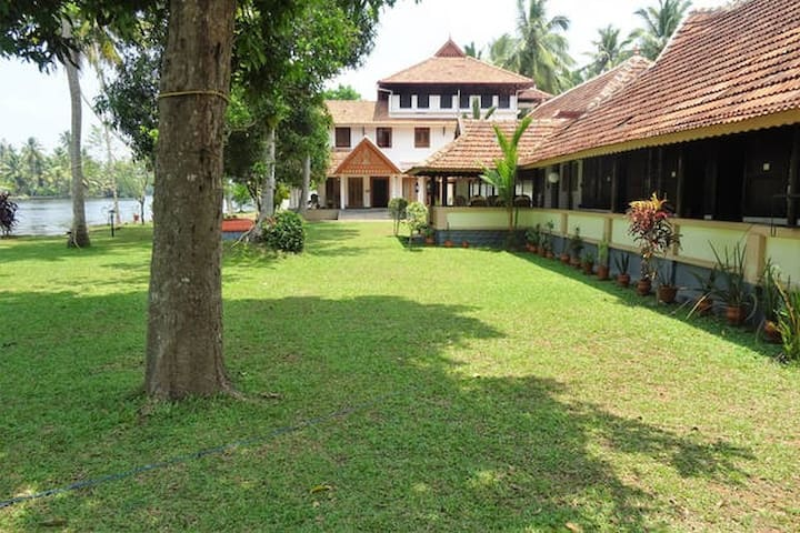 River facing Heritage Villa @ Alleppey - Nedumudy - Bed & Breakfast