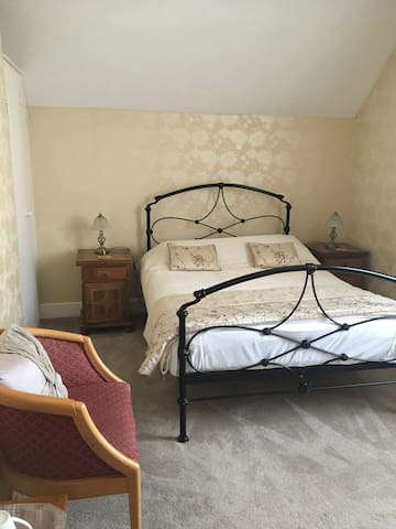 Double room five minute walk from the city centre.