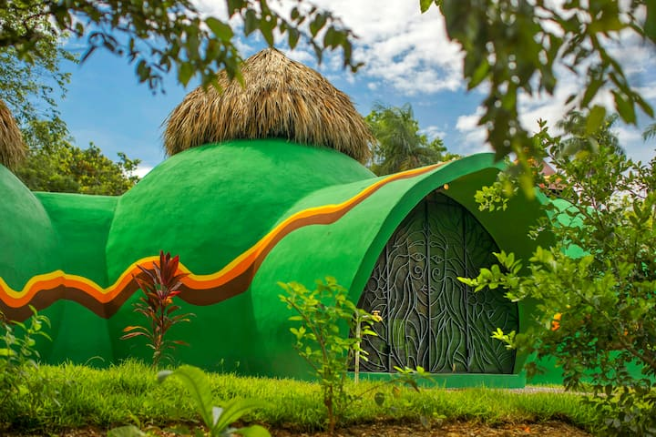 Green Moon Lodge - stylish dome in tropical garden