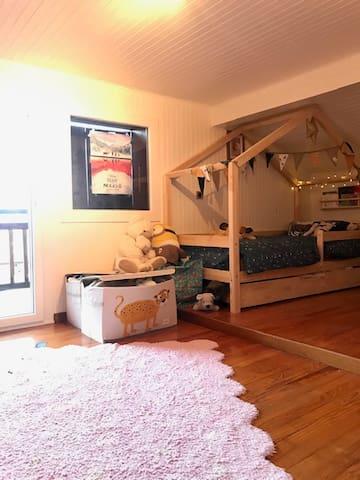 Chambre 3 avec 2 lits gigognes et possibilité de rajouter un lit pliant à la demande