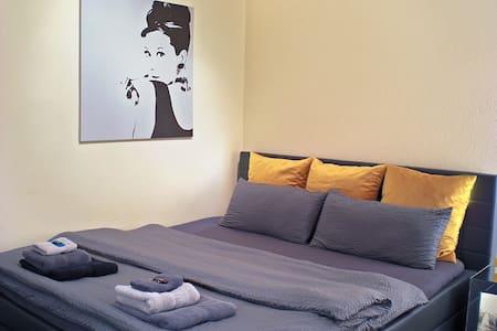 """Lion Homestay Munich - Zimmer № 2 """"Audrey Hepburn"""""""