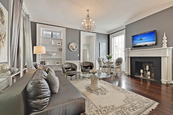 The Elegance (Prime Historic Downtown) - Only 1 Block from King Street!
