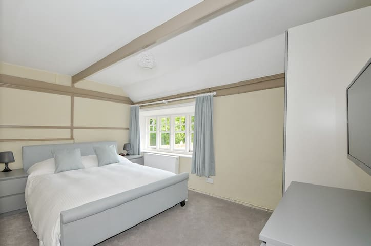 King Double with large shower room at The Windmill Inn - Littleworth. HORSHAM