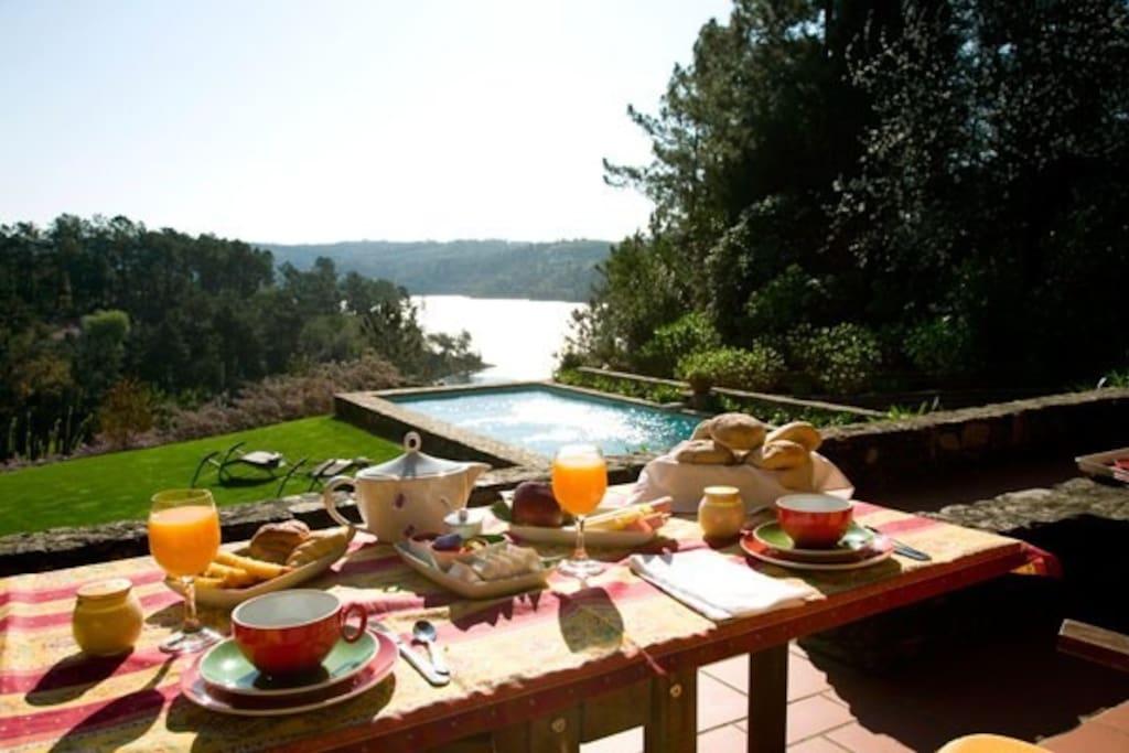 O pequeno almoço na sua varanda
