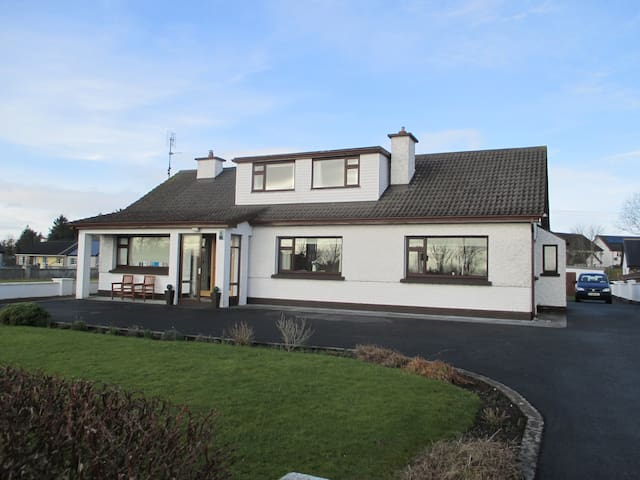 Family run Bed & Breakfast - Crossmolina - Wikt i opierunek