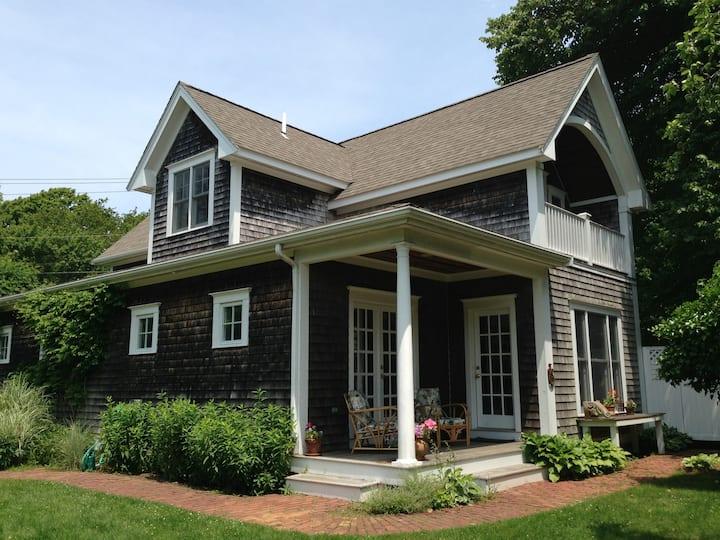 Edgartown Trumpet Vine Cottage: Walk to Everything