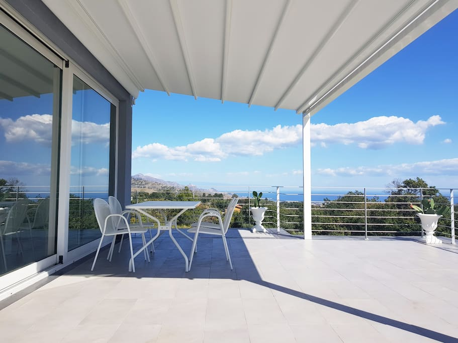 The equipped terrace overlooking the sea and Taormina