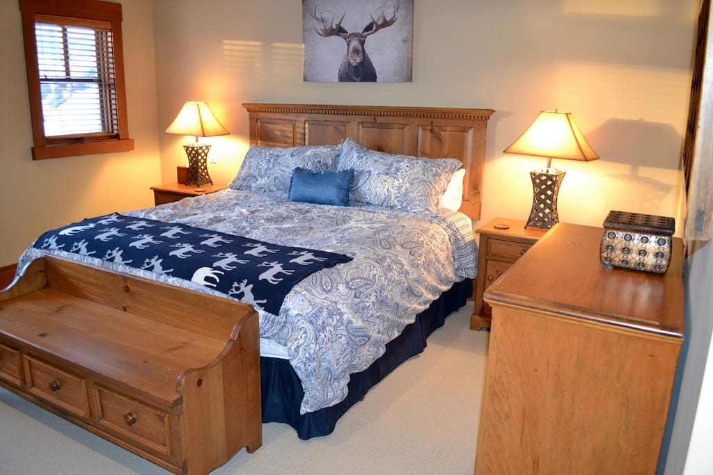 Master 1 with King Bed, Flat-screen TV, Walk-in Closet & Full Ensuite Bathroom