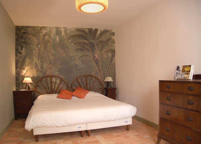 Une chambre spacieuse avec un lit kingsize et une sortie directe sur le jardin