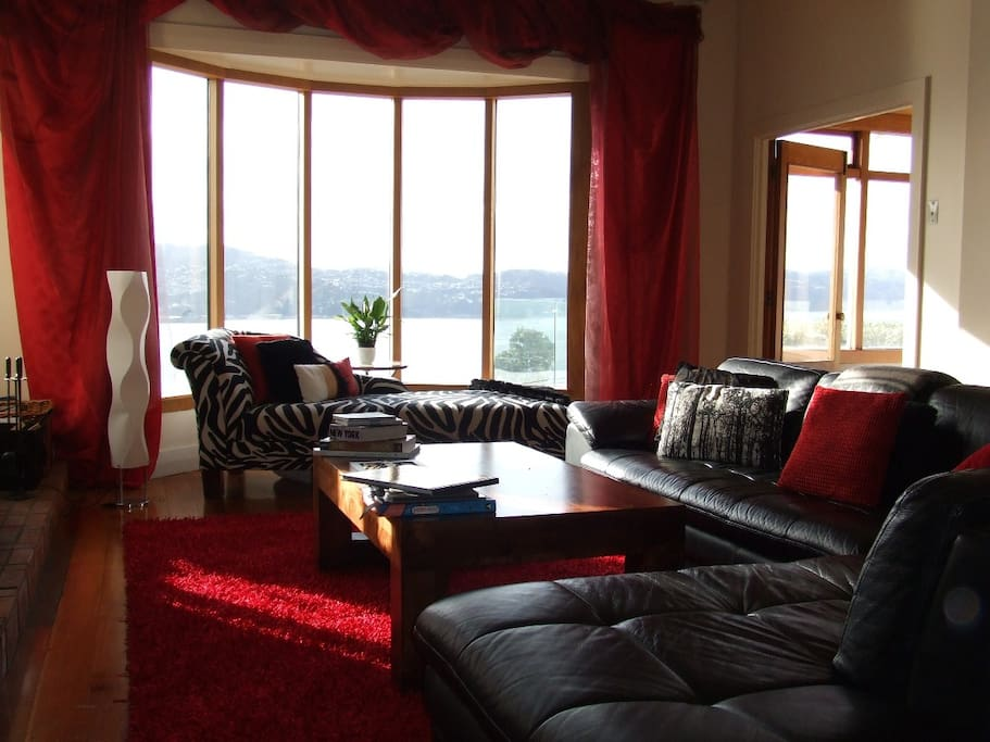 Laze on the chaise with a good book, to socialise or watch TV on the 55'screen