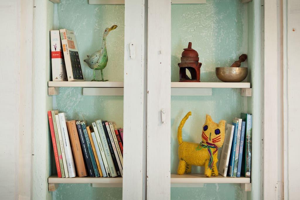 Un particolare della libreria in camera. Particular of the library.