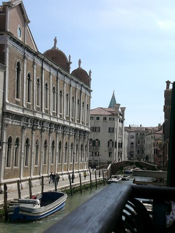 Typical Venetian house on the canal - Wenecja