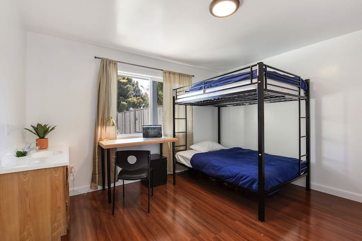 Bunk  bed in a room for 2/near Bart station