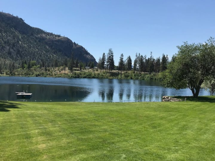 Tranquil lakefront retreat at Gallagher Lake