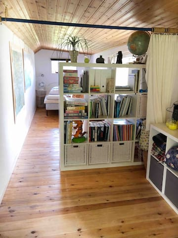 Kombinerad hall/sovrum. || Combined hall/bedroom.