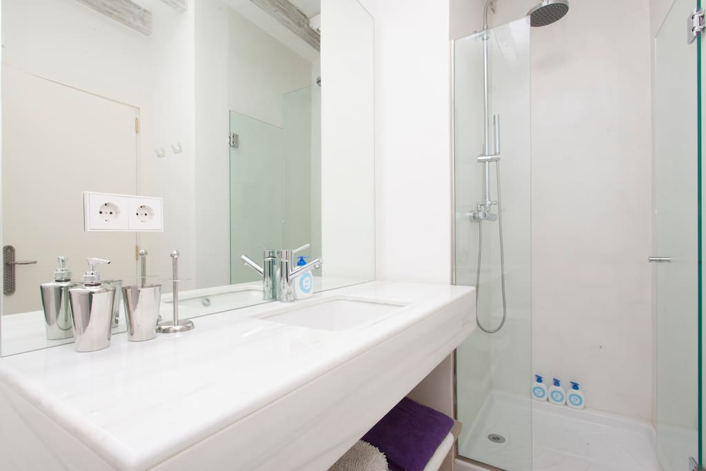 Private bathroom en suite supplied with free amenities.