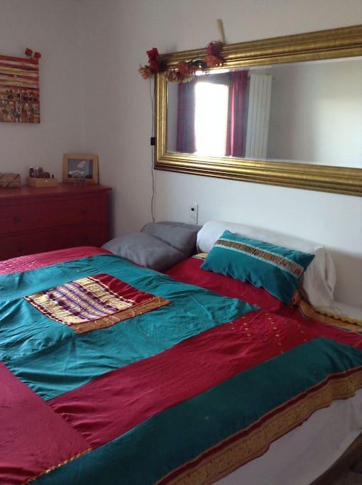 Una camera con due letti