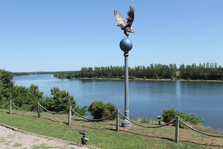 """""""EAGLES BLUFF"""" located on the Tennessee River!"""