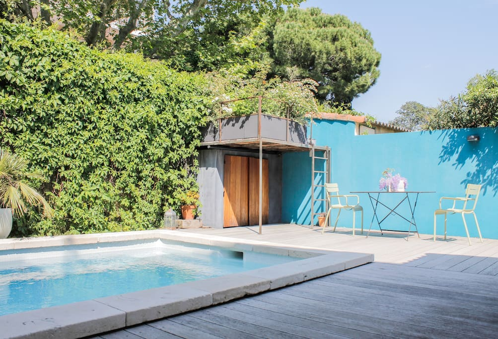 Terasse côté piscine avec une cabane sympa pour les enfants