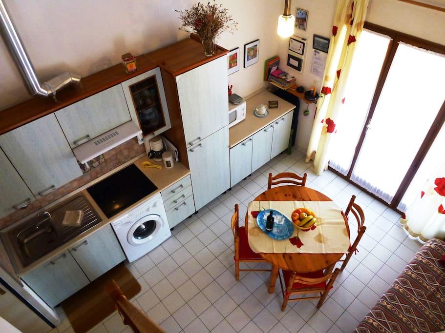 Une cuisine/séjour bien equipée.