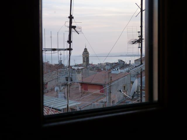 Vue depuis la tête du lit sur le clocher et la mer / exposition Sud