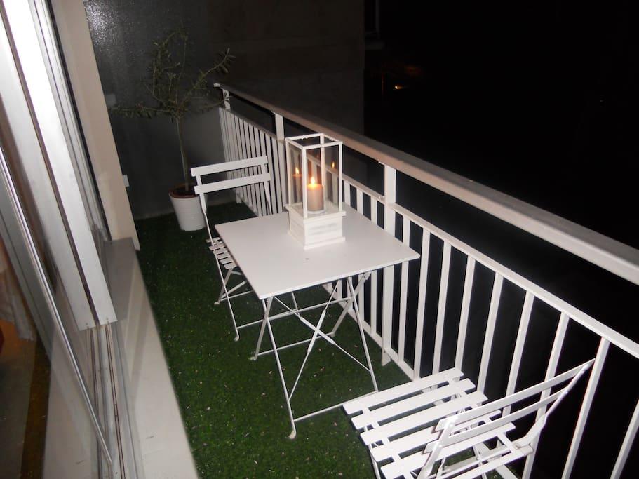 Profiter du balcon aménagé pour prendre un petit déjeuner face à des jardins fleuris ou un dîner à la bougie en amoureux