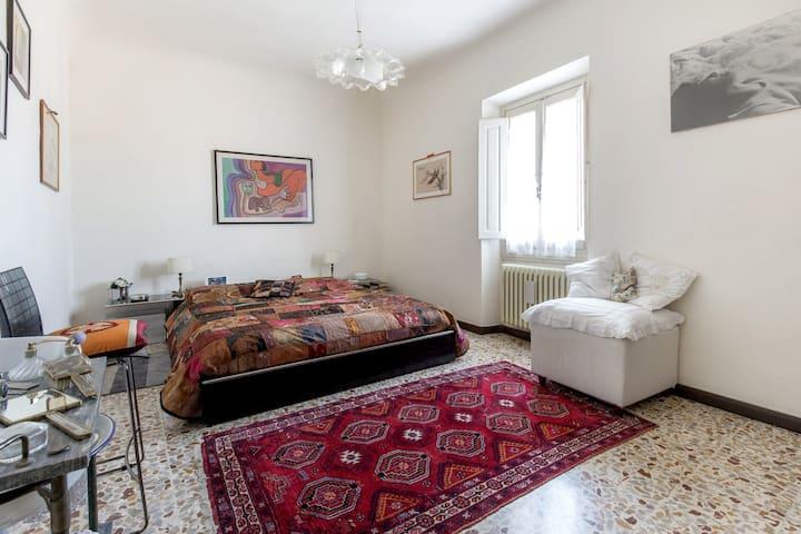 Stanza spaziosa  in terratetto zona sud  Firenze .