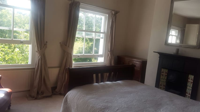Elegant room with a kingsize bed Tring - Tring, England, GB - Hus