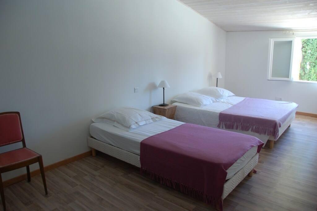 Une chambre avec lit double et lit simple