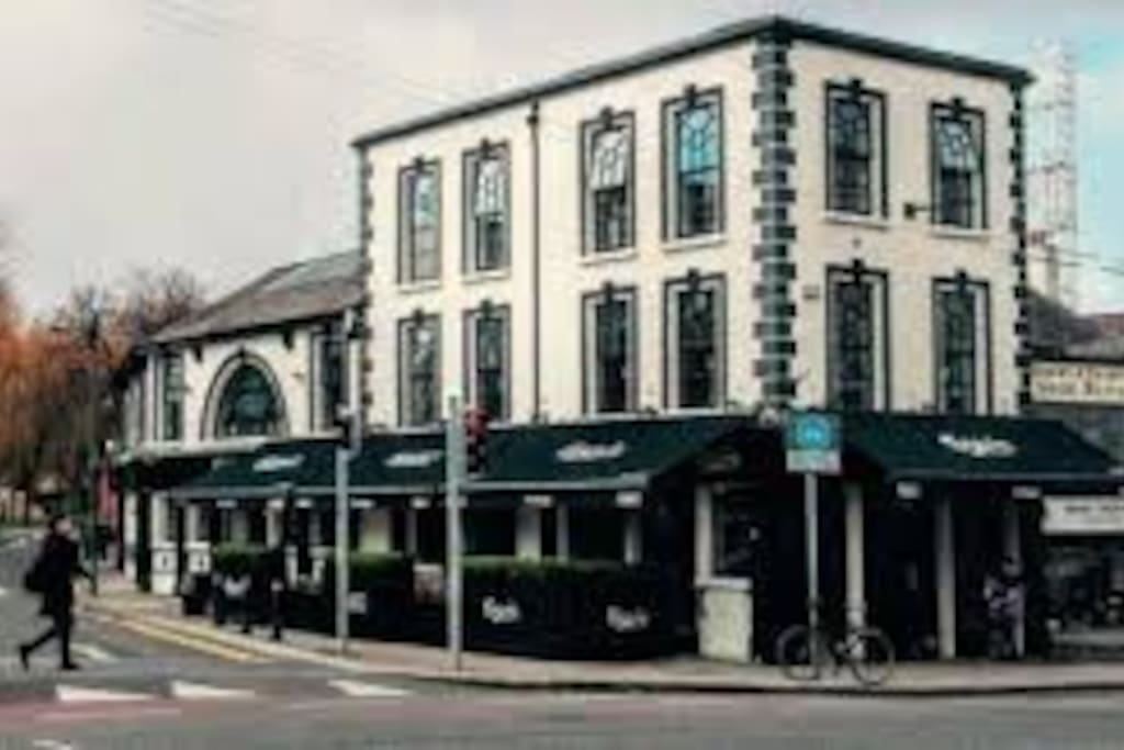 Next to this famous barge pub and 5- 10 minutes to city centre, 10 minutes to all the nice restaurants in ranelagh
