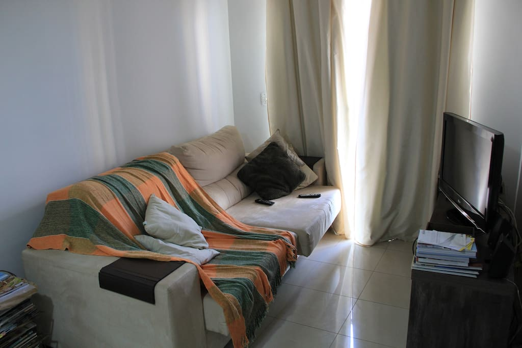 Sala ampla com sacada