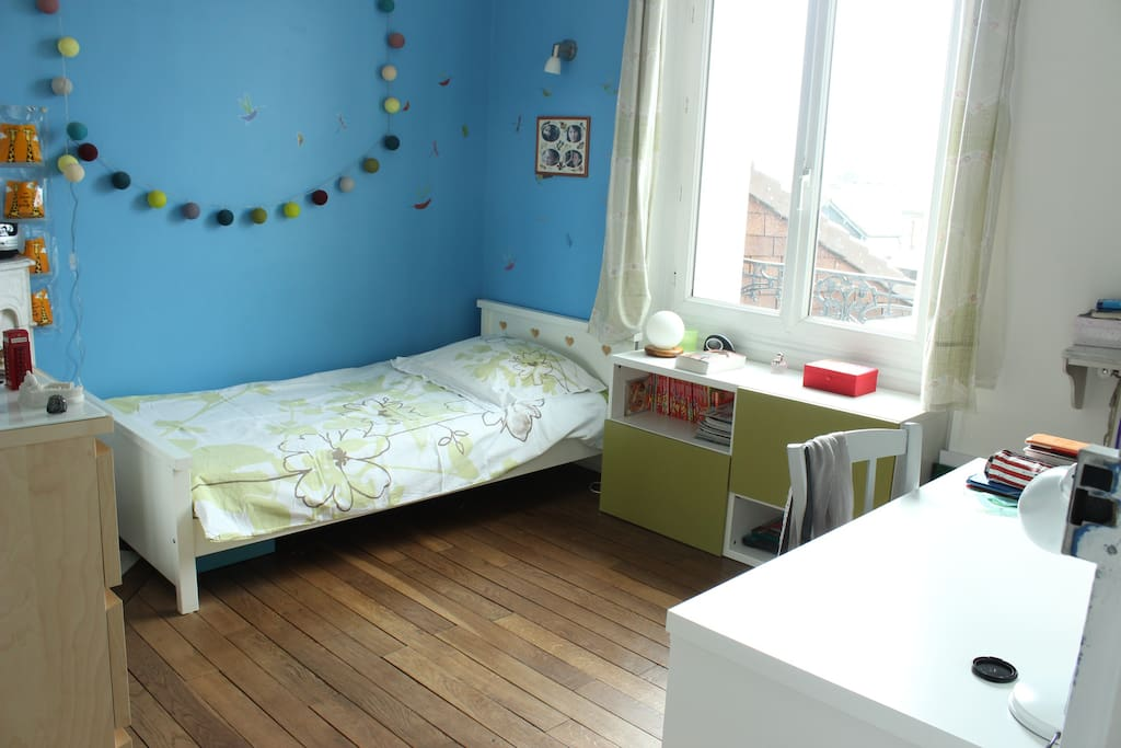 La chambre bleue, à l'étage, donne sur le jardin