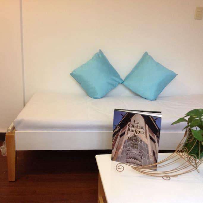 El sofá de la sala es una cama individual para niños o un tercer huésped