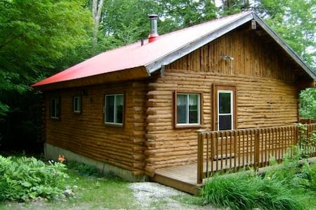 Charming log cabin on a quiet lake - Bolton-Est