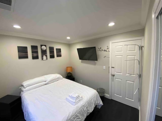 Delightful one bedroom with shared bathroom