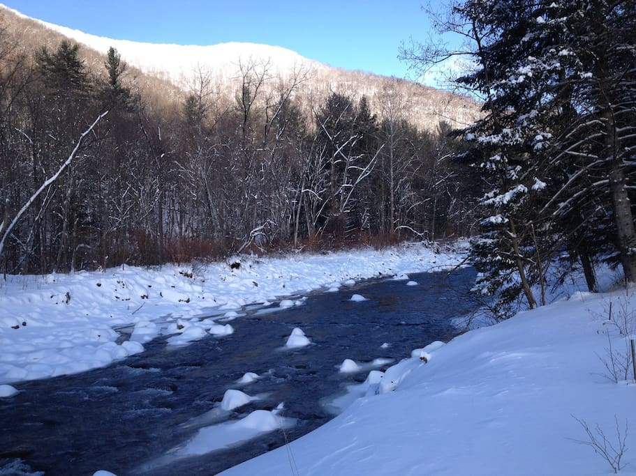 Beautiful in winter-close to ski centers or use snowshoes provided  in the large yard
