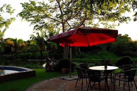 Ping River旁的度假村,现代的别墅,精致的庭院,迷人的河景。 - 清迈 - Villa